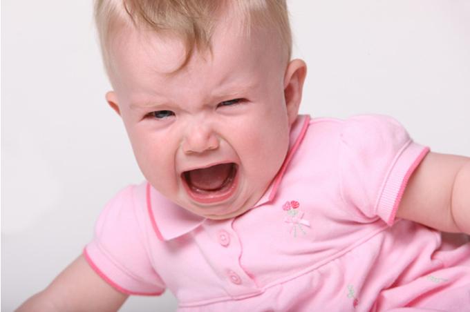 صورة طفلة بنت تبكي بصراخ وترتدي اللون الزهري