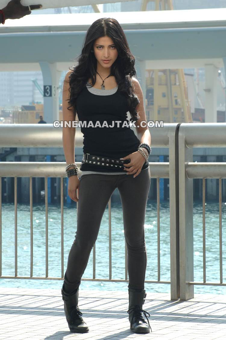 Shruti Haasan1 - Shruti Haasan Latest Hot Pics in Black Top