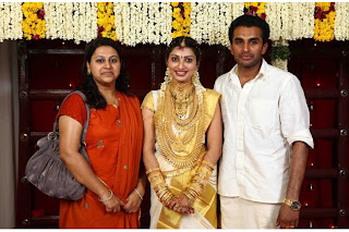Bride poses for a foto with Bridegroom and her sister.