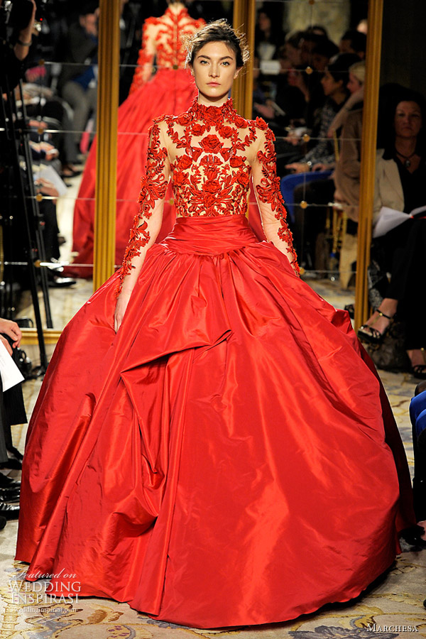 Vestido de noiva curto com faixa vermelha