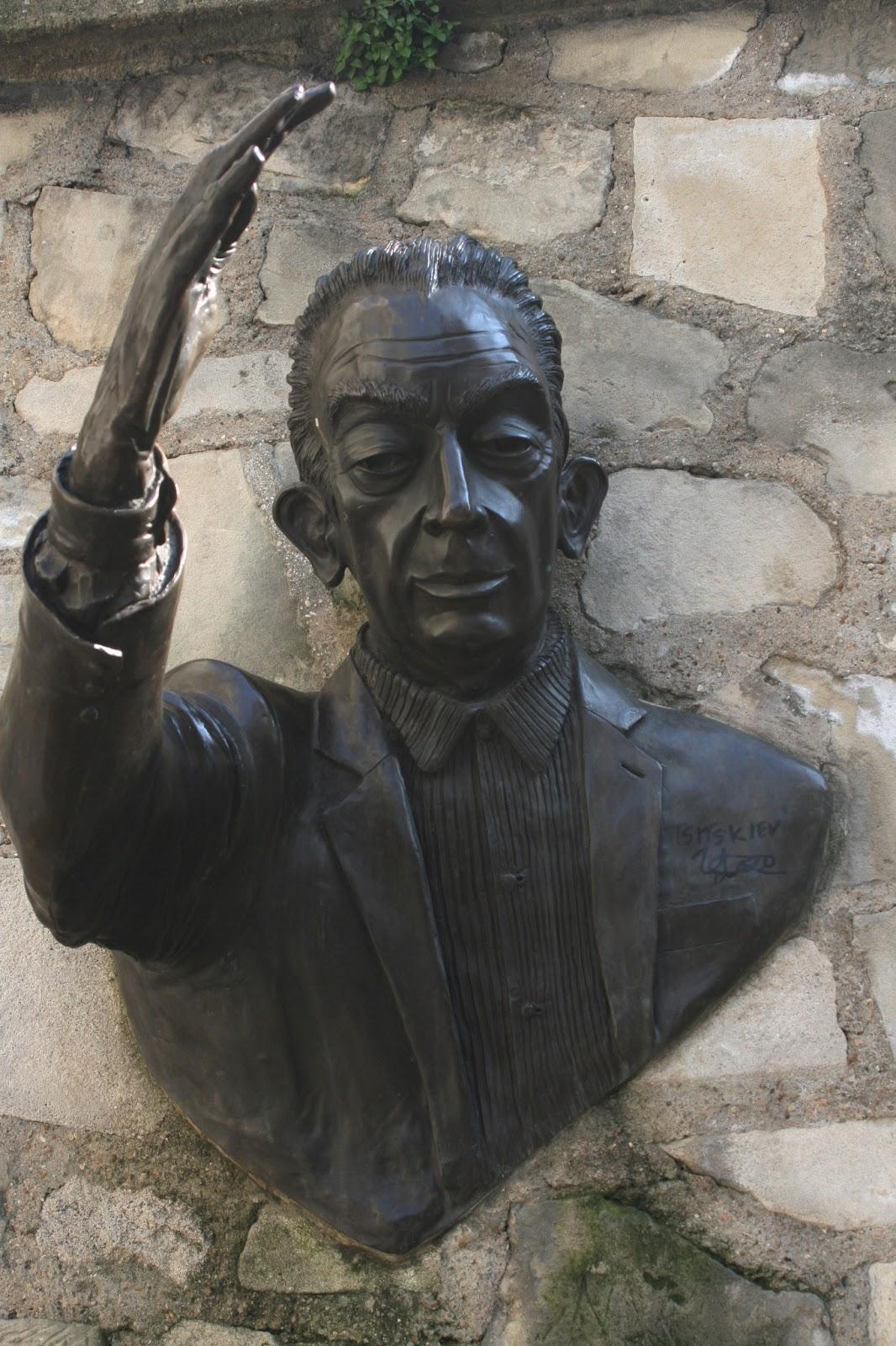 Скульптура «Проходящий сквозь стены»