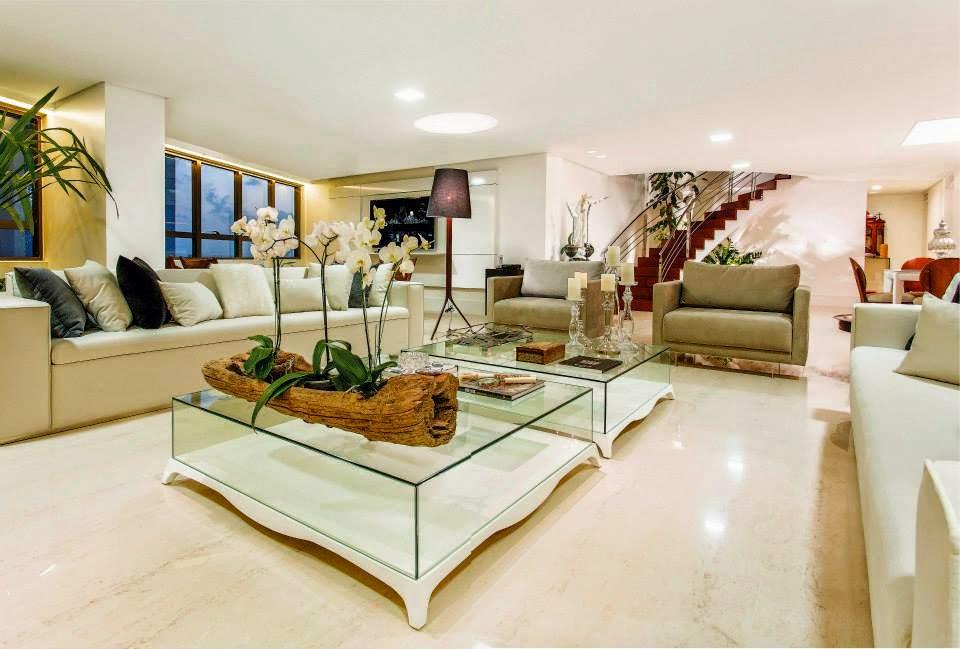 Sala De Estar Com Escada ~ Sala de estar ampla com móveis bege e marrom! E toque rústico no