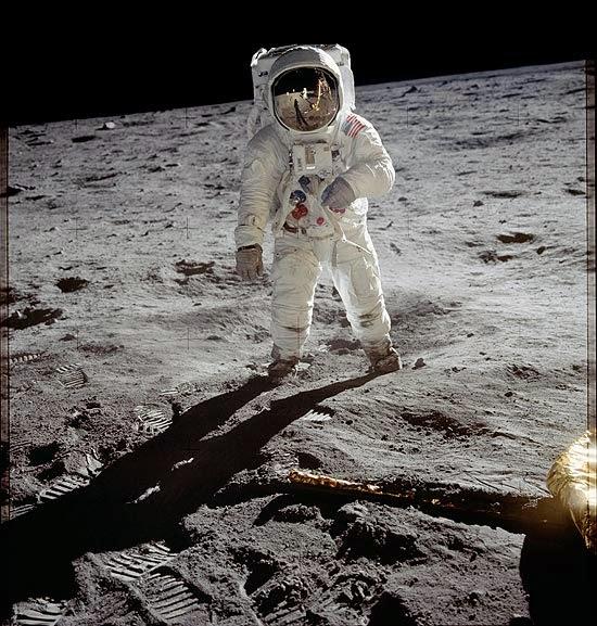 homem-pisando-na-lua
