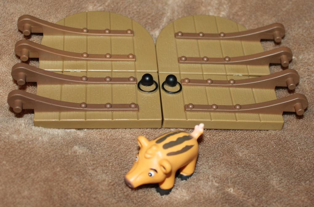 Животные на Ферме №15: кабанёнок, двери хлева