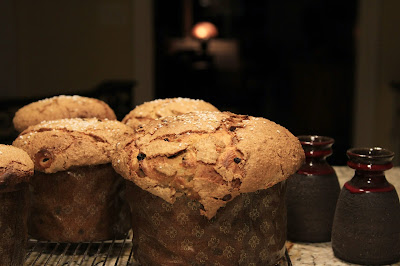 Finished panettone with two Lehmann Keramik vases
