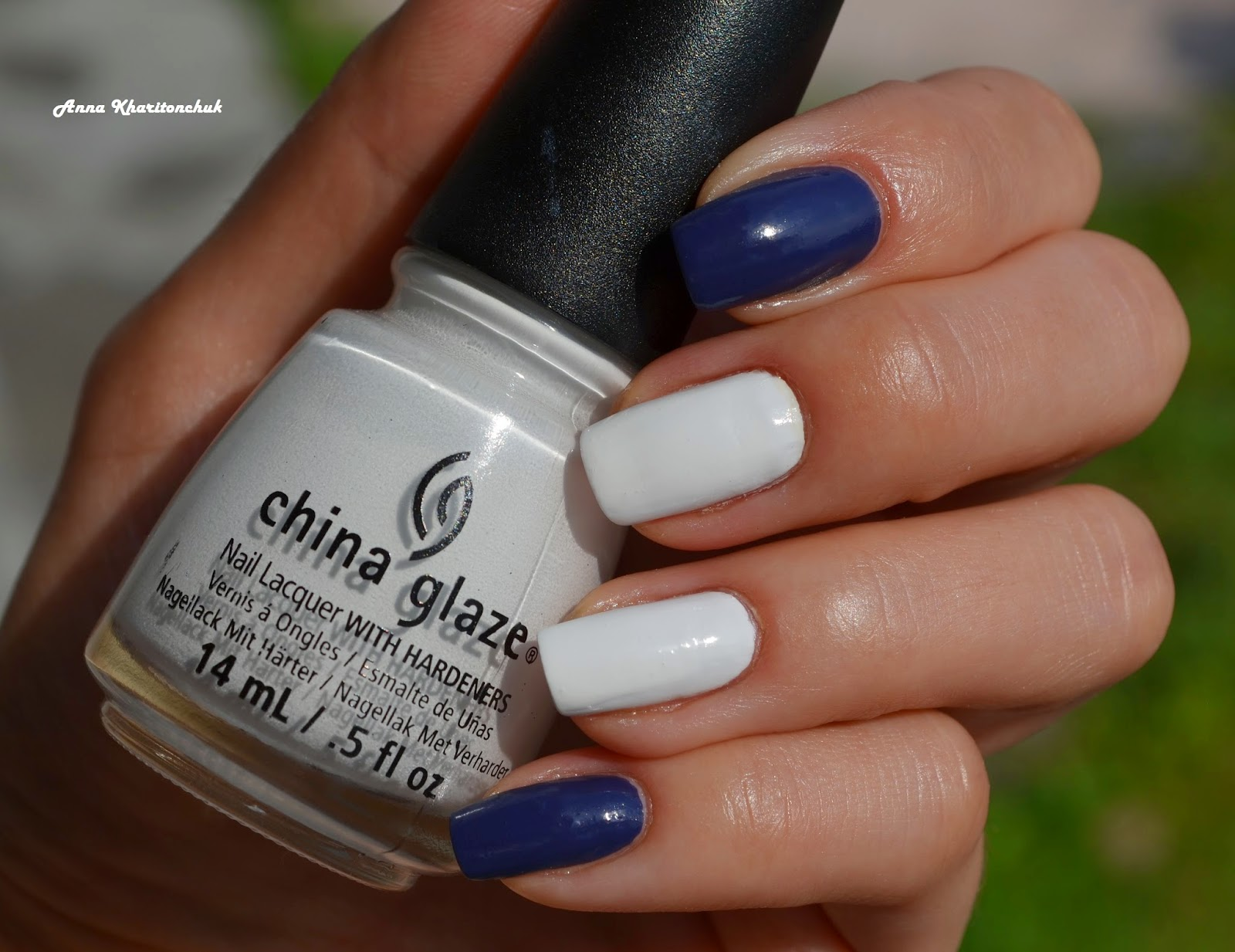 Дуэт China Glaze White On White и China Glaze Queen B с наклейками