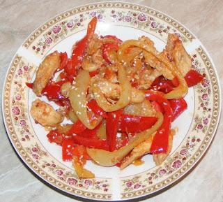 retete culinare, retete de mancare, piept de pui cu ardei si susan, piept de pui cu legume si susan, pui cu susan, pui cu legume la tigaie, piept de pui la tigaie, mancare cu piept de pui, mancare chinezeasca, retete chinezesti, retete asiatice, bucataria chinezeasca, food, recipes, piept de pui cu legume si sos picant, retete cu pui, preparate din pui, retete rapide, piept de pui cu susan,