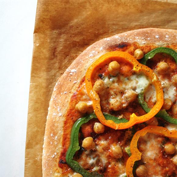 elly 39 s art herbstliche pizza mit paprika kichererbsen ingwer. Black Bedroom Furniture Sets. Home Design Ideas