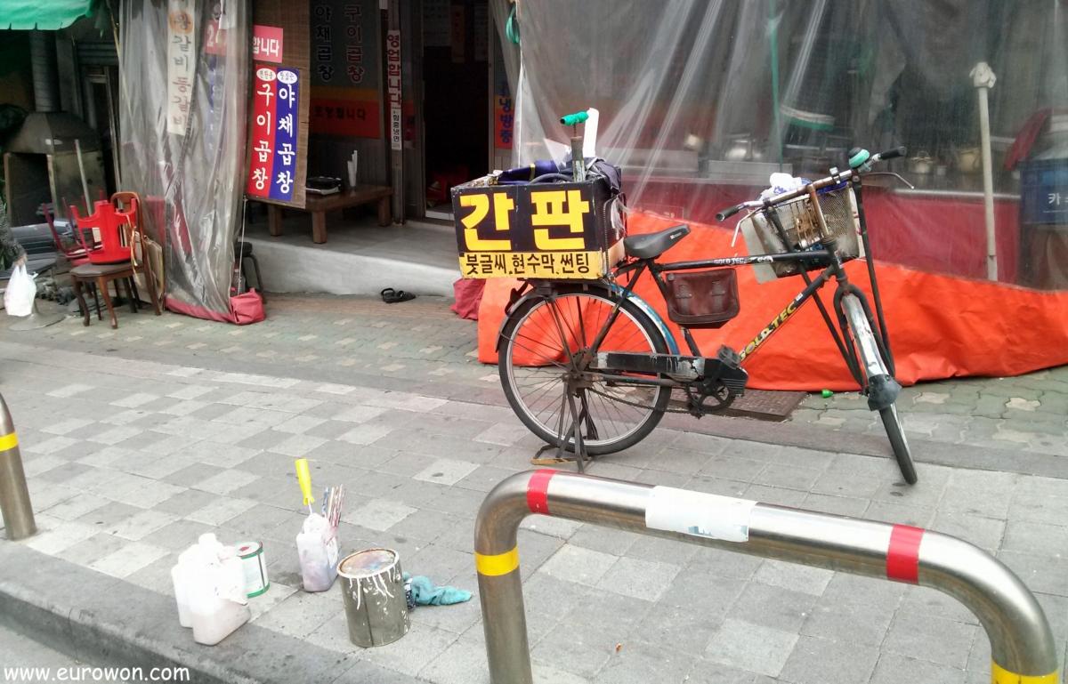 Bicicleta de un pintor de carteles