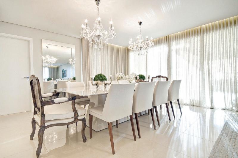 Como Usar Lustre Na Sala De Estar ~ Sala de jantar com mesa grande e dois lustres clássicos pequenos