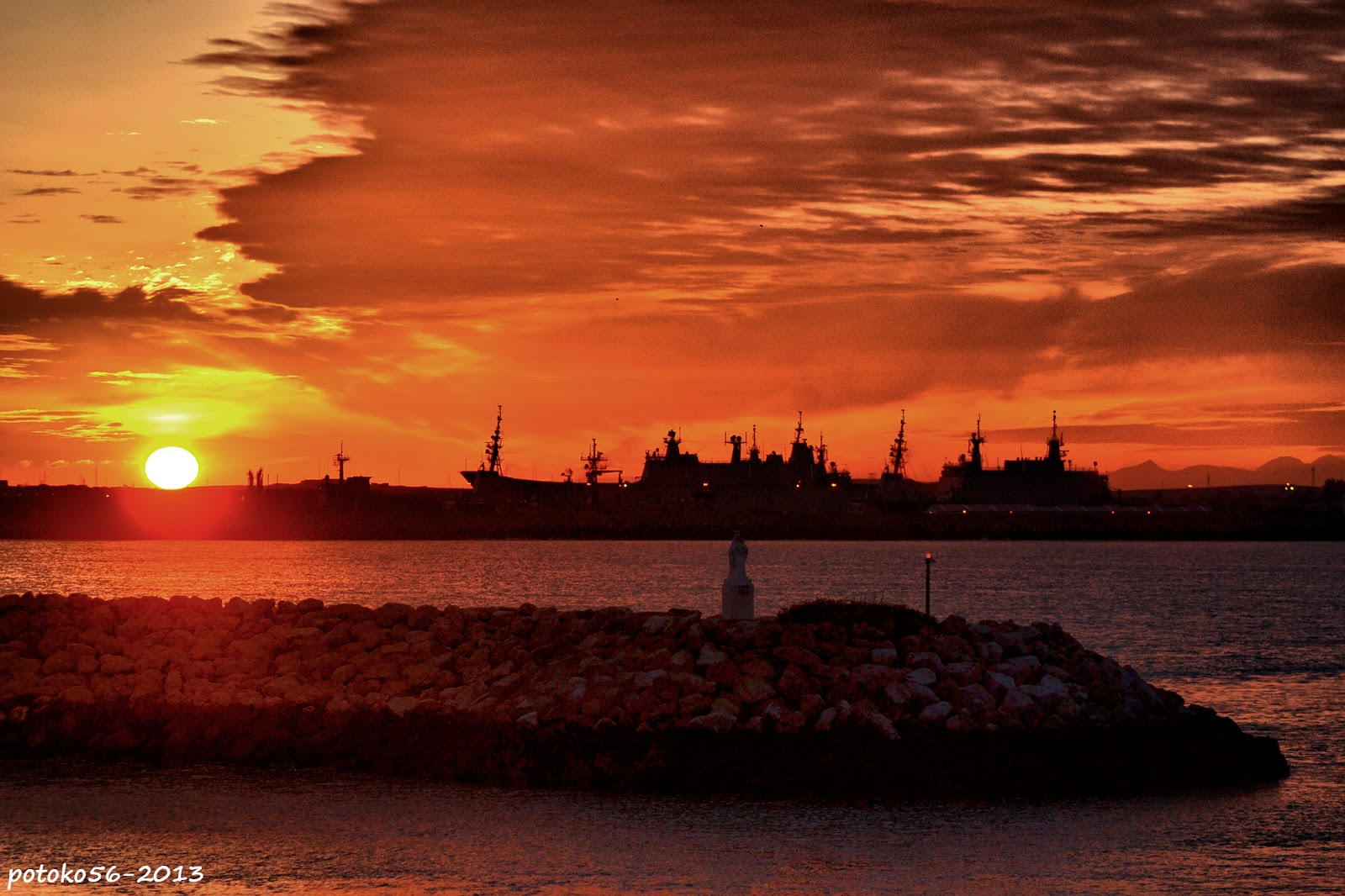 el espigón y el sol amanecer de Rota