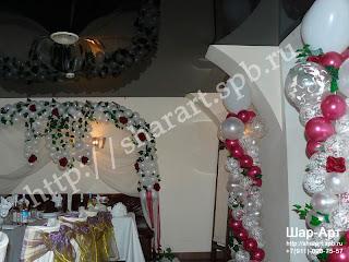 Оформление свадьбы  прозрачными шарами с рисунком, белыми шарами и шарами цвета бургундия шарами, тканью  и искусственными цветами, и искуственным плющом.