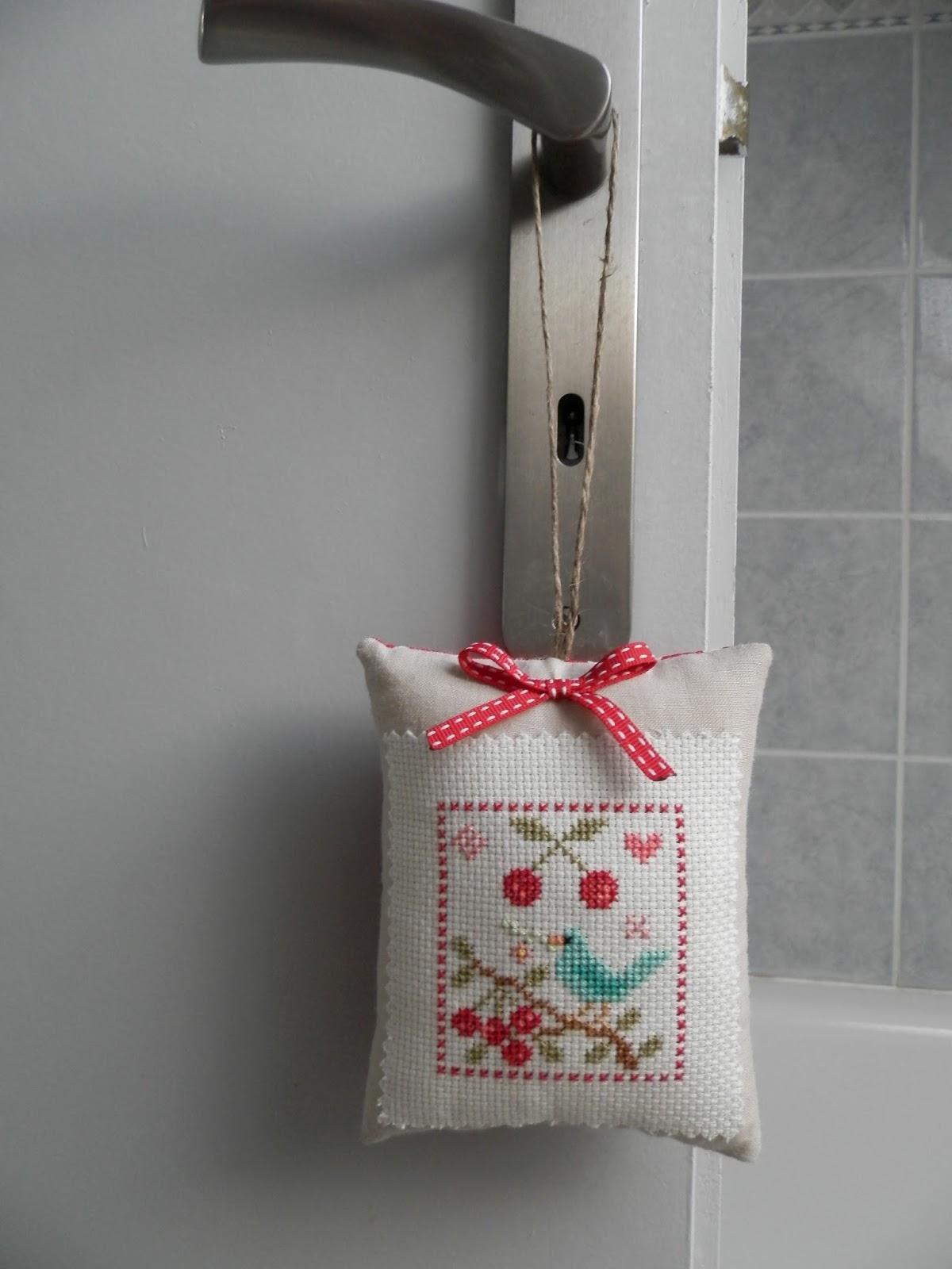 coton et cr ation du fil des aiguilles et des id es coussin de porte point de croix cerises. Black Bedroom Furniture Sets. Home Design Ideas