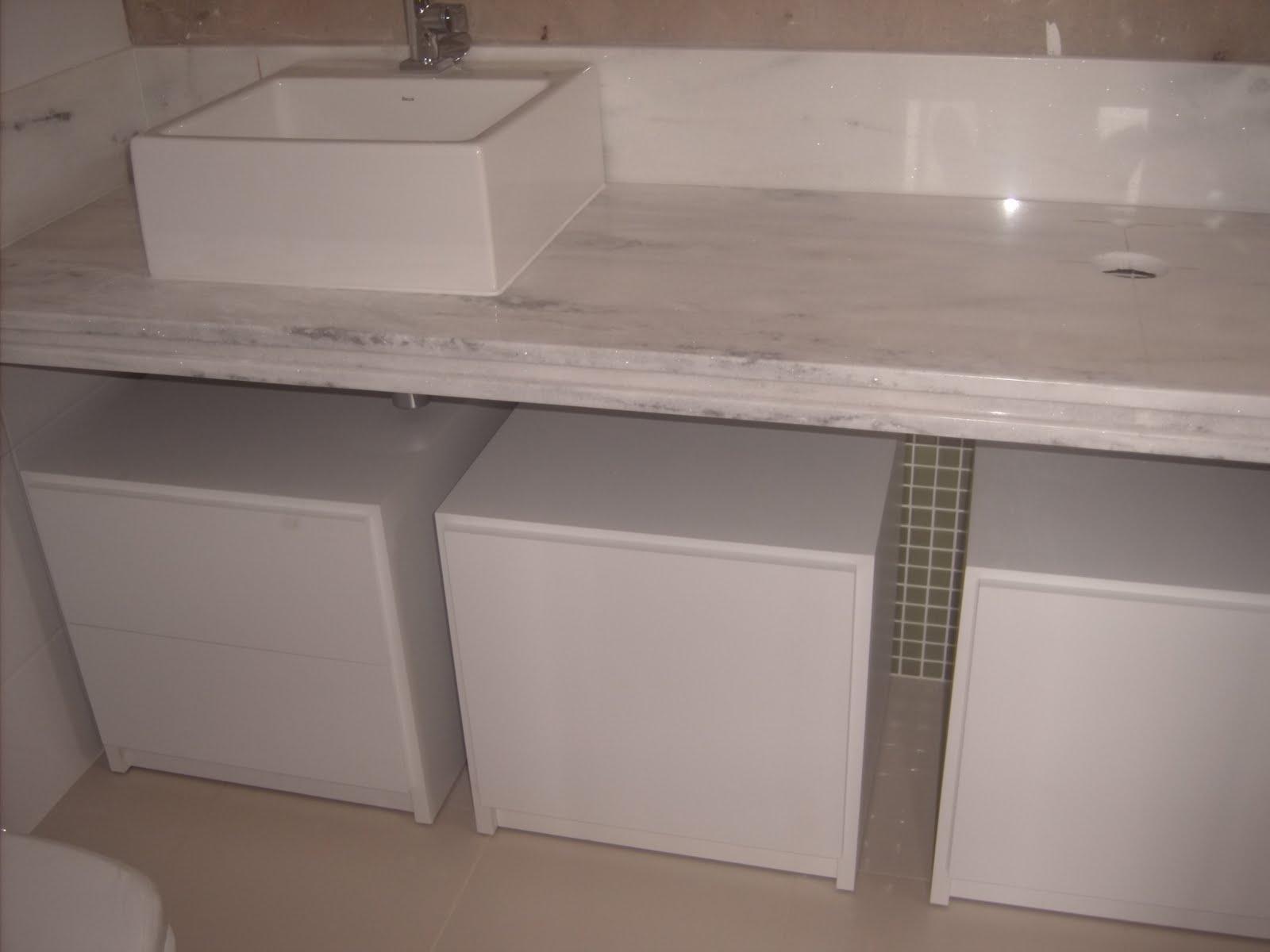três módulos com rodinhas debaixo de pia #6C5950 1600x1200 Armario Banheiro Com Rodinhas