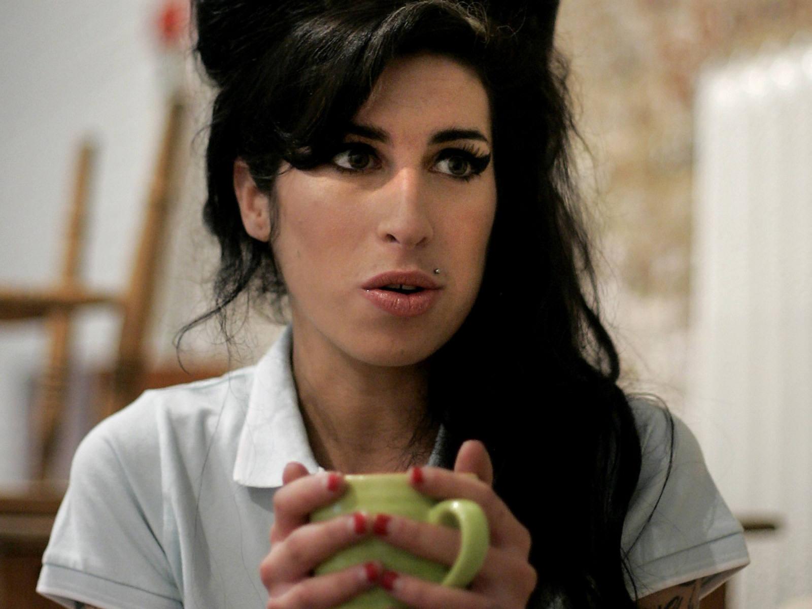 http://3.bp.blogspot.com/-t_JpM5ANq9o/TiszSRPtzyI/AAAAAAAAkfQ/m_d6p1-YHLs/s1600/Amy_Winehouse_0007_1600X1200_Wallpaper.jpg