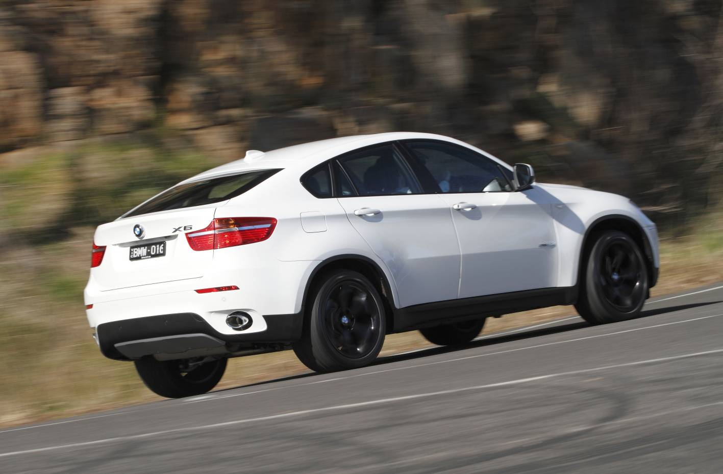 BMW X6 xDrive30d side view in white color car images
