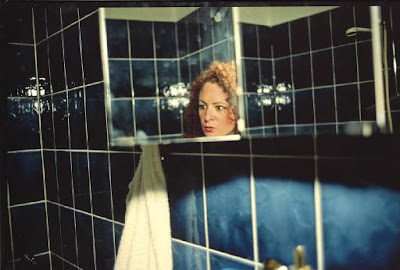 Nan goldin - Self-portrait in my blue bathroom, Berlin 1991