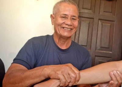 URUT PASIEN :  Syarif Alkap, seorang terapi patah tulang yang mengandalkan pijitannya untuk mengobati pasiennya.  MEIDY KHADAFI/PONTIANAK POST
