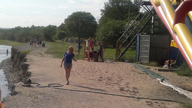 Девушка идущая по берегу