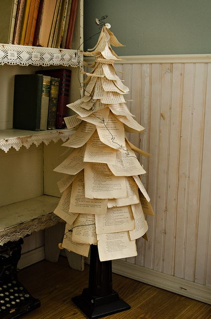 Árvore de Natal feita com Páginas de Livros