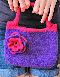 http://translate.googleusercontent.com/translate_c?depth=1&hl=es&rurl=translate.google.es&sl=en&tl=es&u=http://www.petalstopicots.com/2012/11/pretty-little-felted-purse-pattern/&usg=ALkJrhjnREWlx8e7lnx1_RR6MDckkiYnOw