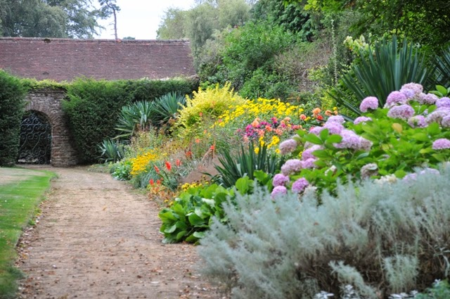 Exploring european garden art and culture post 9 arts for Herbaceous border design examples