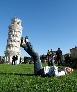 girl hitting the pisa tower brilliant photography 