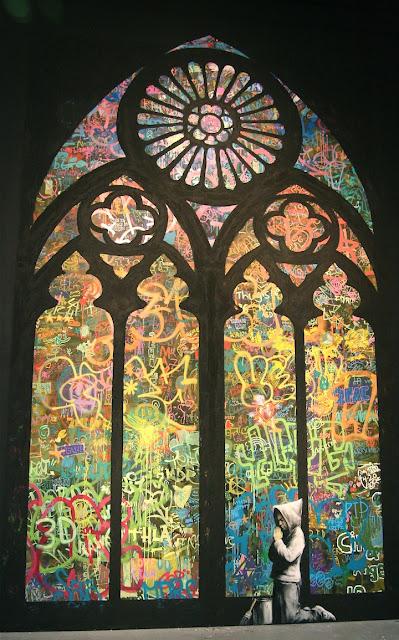 Hombre rezando en una iglesia de grafitis. Arte callejero, street art1