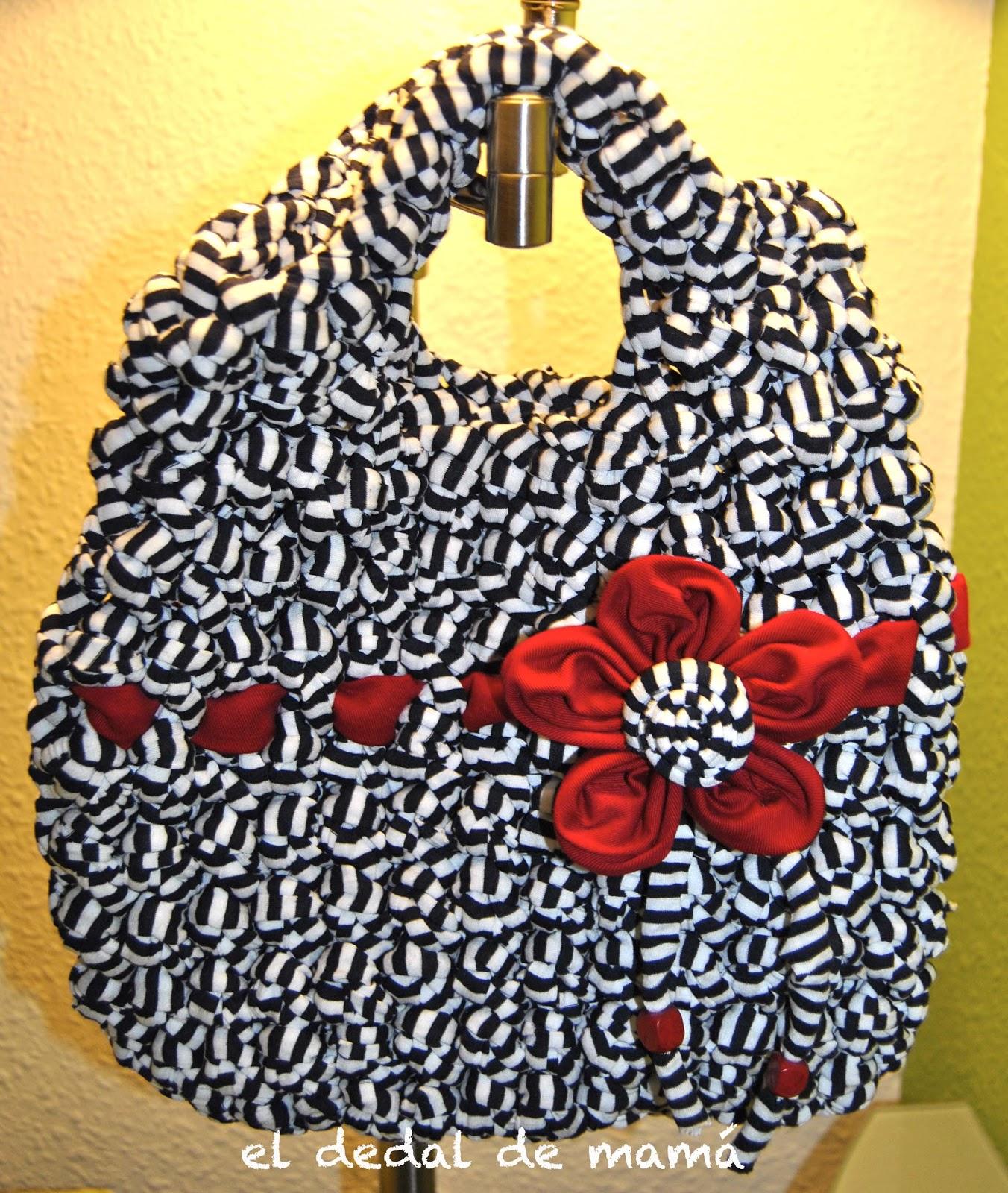 Bolso de trapillo azul marino y blanco con flor roja