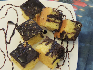 Cake with easy cocoa sauce