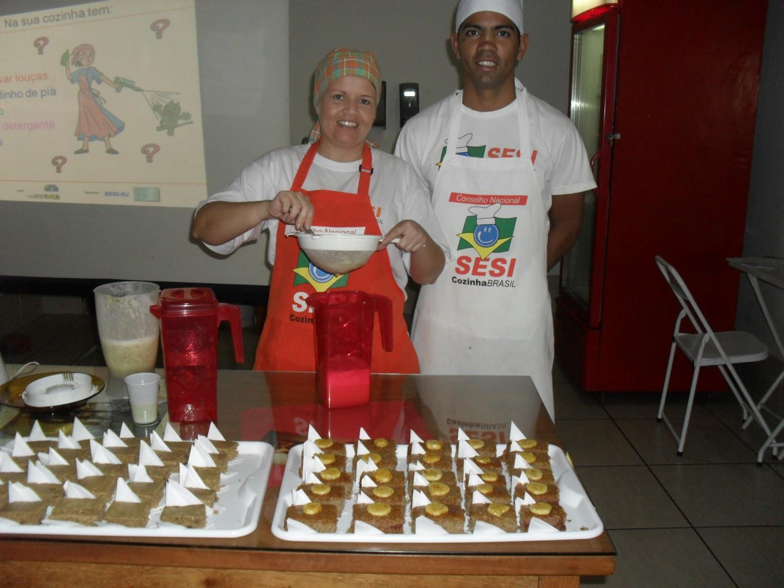 Nutricionista Aline Monteiro e o cozinheiro Edson Luiz preparando #A62B25 1600 1200