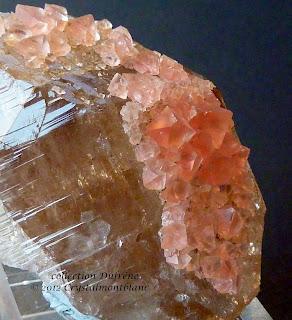 placage d'octaèdre de fluorine rose sur cristal de quartz