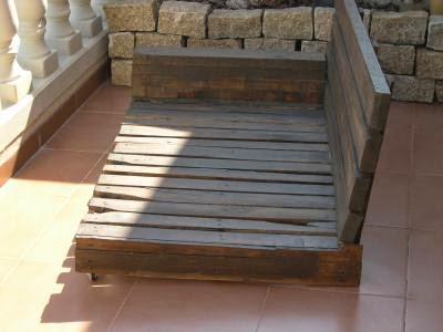 con el primer palet haremos el asiento del sof este se debe mantener ntegro y rellenarle los huecos con ms tablas de palets as obtendremos un asiento