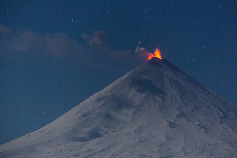 """Eurasia's largest volcano Klyuchevskaya Sopka, Russia, spews hot ash """"miles"""" into the sky on Sunday"""