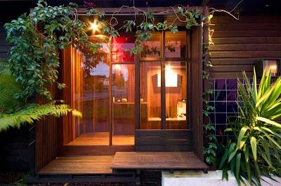 Rumah Teduh Dengan Material Kayu Dan Tanaman Hijau 10