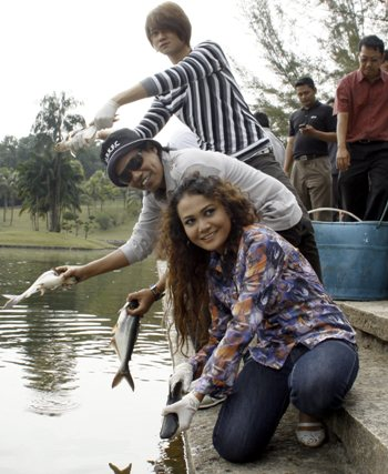 Gambar Pancing Ikan Artis Malaysia