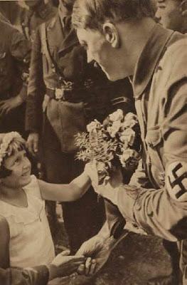 ¿Por qué los políticos besan bebés en público? Hitler-ni%25C3%25B1os-3