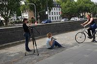 foto van leerlingen die op de openbare weg aan het filmen zijn