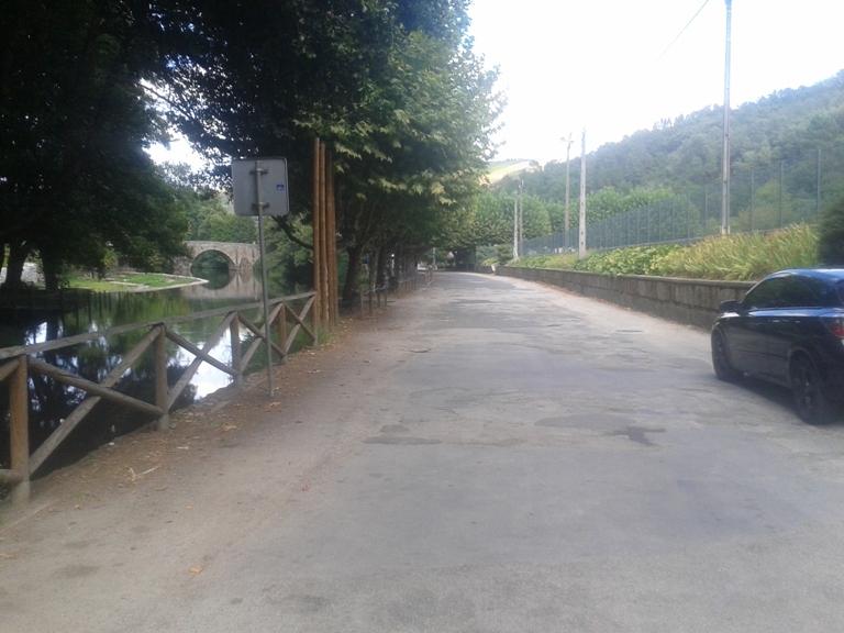 Estrada ao lado do rio Alva
