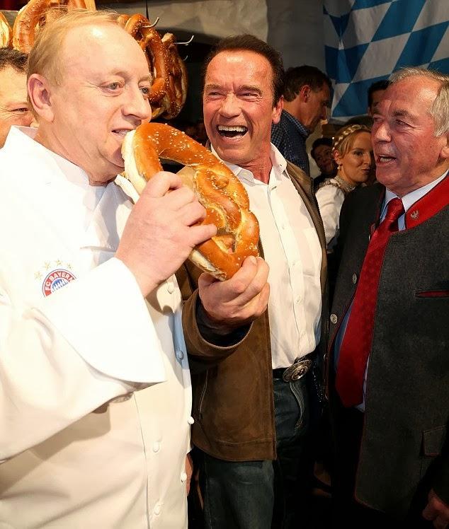Arnold Schwarzenegger con un pretzel gigante