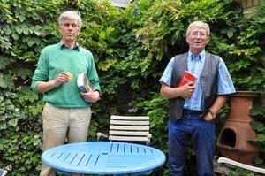 Jan Boerma (links) en Piet Maris van de Spinoza Kring Roosendaal, ieder met een werk van Benedictus de Spinoza. foto Ton Meeuwis