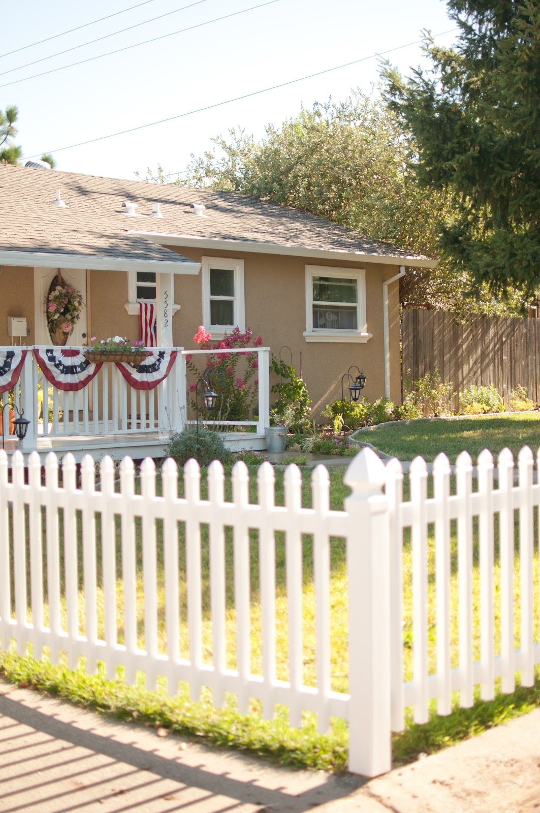 domestic fashionista our white picket fence complete. Black Bedroom Furniture Sets. Home Design Ideas
