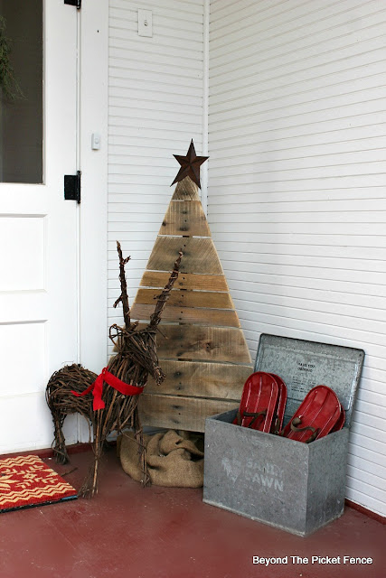 porch decor, Christmas, reindeer, pallet tree, http://bec4-beyondthepicketfence.blogspot.com/2015/12/home-for-christmas-home-tour-blog-hop.html