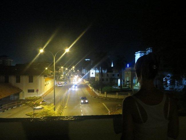 девушка смотрит с моста