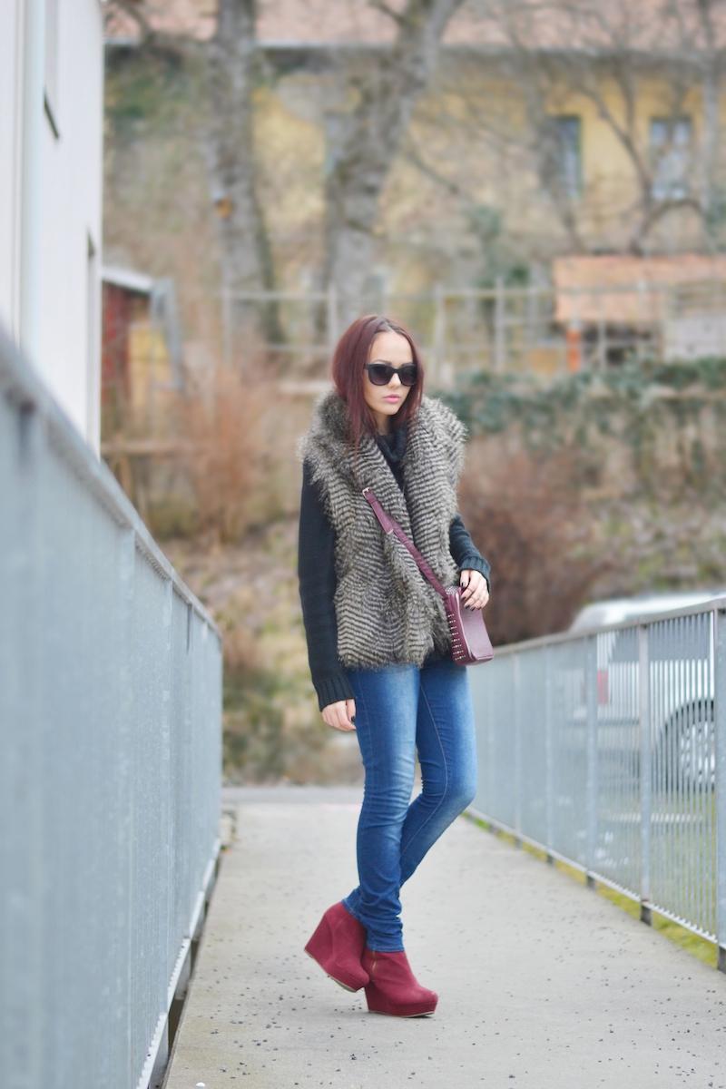 Outfit_Fell_weste_gilet_bordeaux_schuhe_Wedges_sonnenbrille