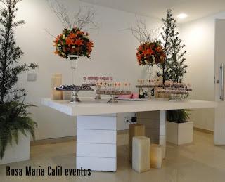 móveis brancos, arranjo colorido, velas, atelier Rosa Maria Calil, mesa doce