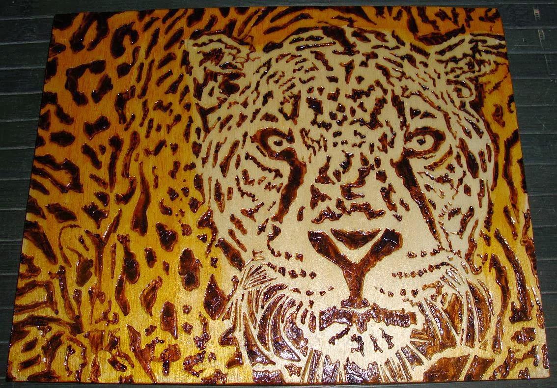 leopardo ou onça em pirogravura (madeira queimada)