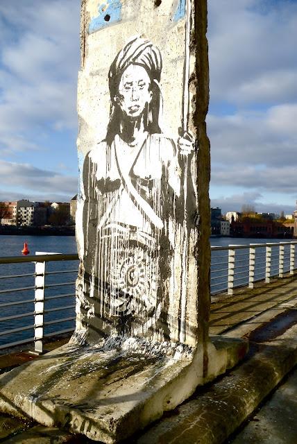 Spree East Side Gallery Kreuzberg Italien Künstler Streetart urban Art Graffiti Hauswand bemalt Berlin