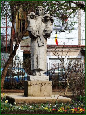 statuie femeie cu 2 copii gradina icoanei bucuresti