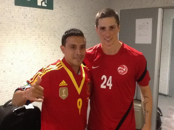 Tahiti player Efraín Araneda poses with Fernando Torres after exchanging shirts with his idol